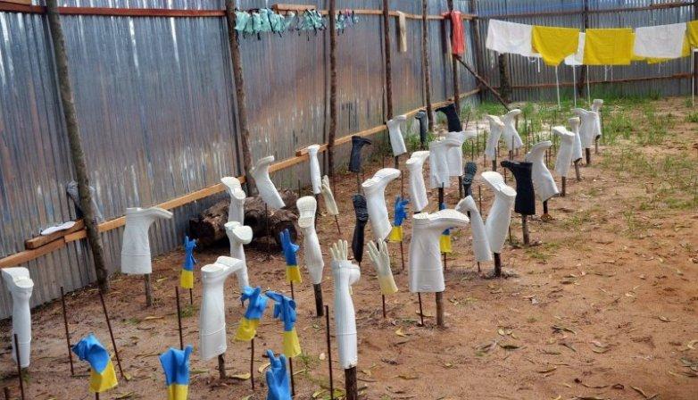 Roupa de proteção a secar, após ter sido utilizada nos centros de tratamento. foto: ZOOM DOSSO/AFP/Getty Images