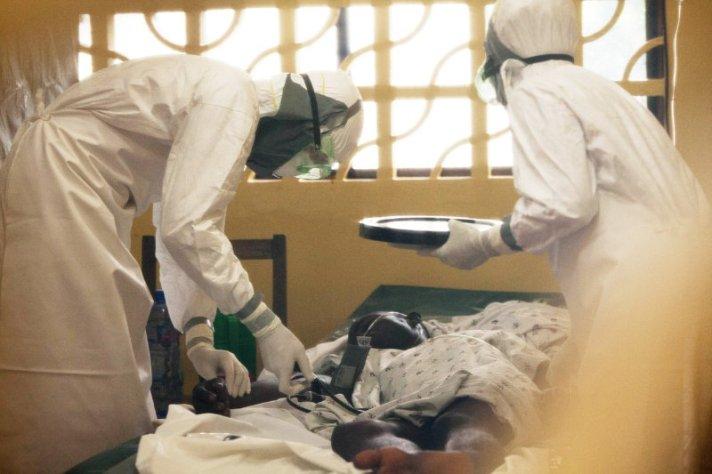 Um paciente com Ébola a ser devidamente acompanhado. foto: Samaritan's Purse/AP
